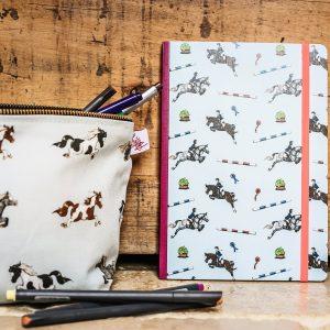 zápisník, zápisník, zápisník so vzorom koňa, zápisník so vzorom koní, zápisník s motívom koňa, zápisník s motívom koní, zápisník s ilustárciou koňa, zápisník s ilustráciou koní, zápisník so vzorom SHOW JUMPING, zápisník s motívom SHOW JUMPING, zápisník so skokovým motívom, zápisník so skokovým vzorom, emily cole
