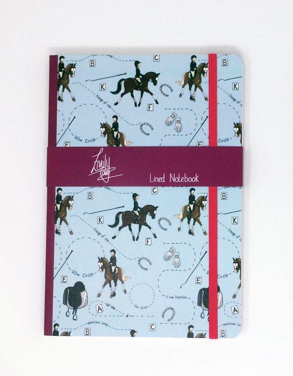zápisník, zápisník, zápisník so vzorom koňa, zápisník so vzorom koní, zápisník s motívom koňa, zápisník s motívom koní, zápisník s ilustárciou koňa, zápisník s ilustráciou koní, zápisník so vzorom DRESSAGE, zápisník s motívom DRESSAGE, zápisník s drezúrnym motívom, zápisník s drezúrnym vzorom, emily cole