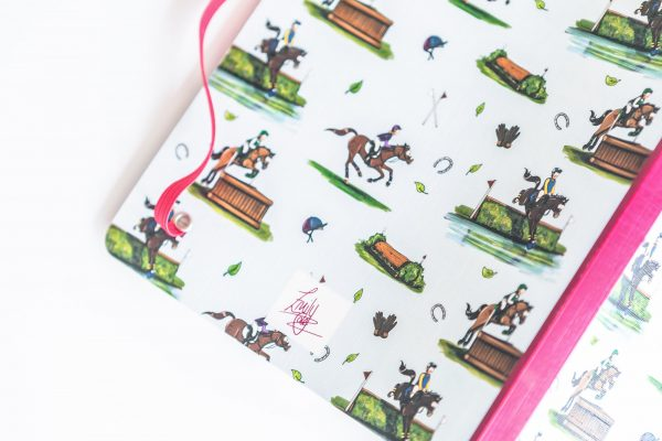 zápisník, zápisník, zápisník so vzorom koňa, zápisník so vzorom koní, zápisník s motívom koňa, zápisník s motívom koní, zápisník s ilustárciou koňa, zápisník s ilustráciou koní, zápisník so vzorom CROSS COUNTRY, zápisník s motívom CROSS COUNTRY, zápisník s cross country motívom, zápisník s cross country vzorom, emily cole