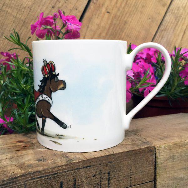 hrnček, hrnčeky, hrnček so vzorom koňa, hrnčeky so vzorom koňa, hrnček so vzorom koní, hrnčeky so vzorom koní, hrnček s motívom koňa, hrnčeky s motívom koňa, hrnček s motívom koní, hrnčeky s motívom koní, hrnček s vtipnou ilustráciou koňa, hrnčeky s vtipnými ilustráciami koňa, hrnček s ilustárciou koňa, hrnčeky s ilustráciou koňa, hrnček YARD ROYALTY, hrnček s motívom YARD ROYALTY, hrnček so vzorom YARD ROYALTY, hrnček s motívom kráľ dvora, hrnček so vzorom kráľ dvora, emily cole