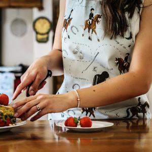kuchynská zástera, kuchynská zástera so vzorom koňa, kuchynská zástera so vzorom koní, kuchynská zástera s motívom koňa, kuchynská zástera s motívom koní, kuchynská zástera so vzorom DRESSAGE, kuchynská zástera s motívom DRESSAGE, kuchynská zástera s drezúrnym vzorom, kuchynská zástera s drezúrnym motívom