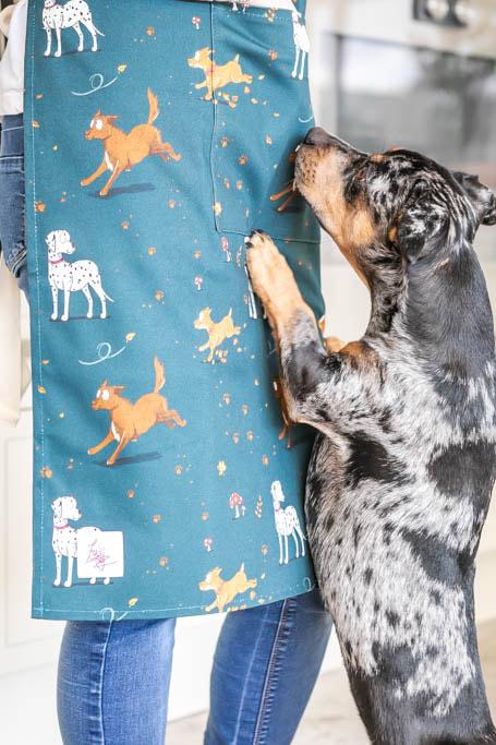 kuchynská zástera, kuchynská zástera so vzorom psa, kuchynská zástera so vzorom psov, kuchynská zástera s motívom psa, kuchynská zástera s motívom psov, kuchynská zástera so vzorom muddy paws, kuchynská zástera s motívom muddy paws