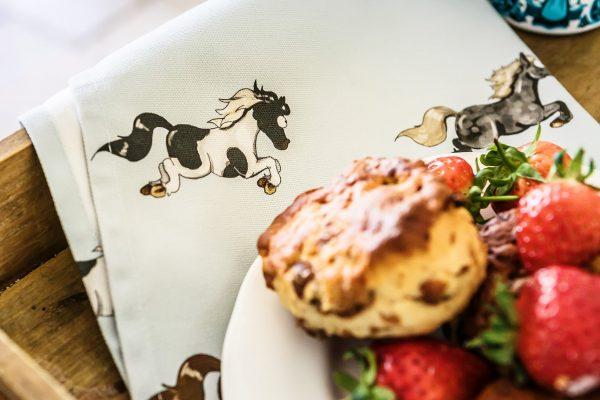 kuchynská utierka, kuchynská utierka so vzorom koňa, kuchynská utierka so vzorom koní, kuchynská utierka s motívom koňa, kuchynská utierka s motívom koní, kuchynská utierka so vzorom pony, kuchynská utierka s motívom pony