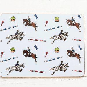 prestieranie, prestieranie so vzorom koňa, prestieranie so vzorom koní, prestieranie s motívom koňa, prestieranie s motívom koní, prestieranie so vzorom SHOW JUMPING, prestieranie s motívom SHOW JUMPING, prestieranie so skokovým vzorom, prestieranie so skokovým motívom