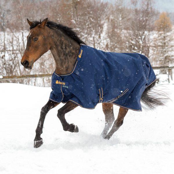 Irish Turnout, bucas, výbehová deka pre kone, vodeodolná výbehová deka pre kone, waterproof & breathable rug, výbehová deka pre kone do dažďa, priedušná výbehová deka pre kone, výbehová deka s hodvábnou podšívkou pre kone, silk-feel rug, magnetic Snap-lock, kvalitná výbehová deka pre kone, pohodlná výbehová deka pre kone