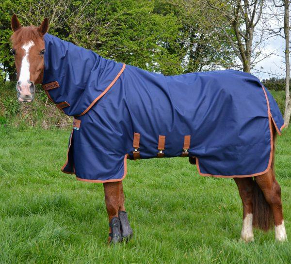 X-Range Turnout, bucas, výbehová deka pre kone, vodeodolná výbehová deka pre kone, waterproof & breathable rug, výbehová deka pre kone do dažďa, priedušná výbehová deka pre kone, výbehová deka s hodvábnou podšívkou pre kone, silk-feel rug, magnetic Snap-lock, kvalitná výbehová deka pre kone, pohodlná výbehová deka pre kone, univerzálna výbehová deka pre kone, výbehová deka pre kone s krytom brucha, univerzálna deka pre kone