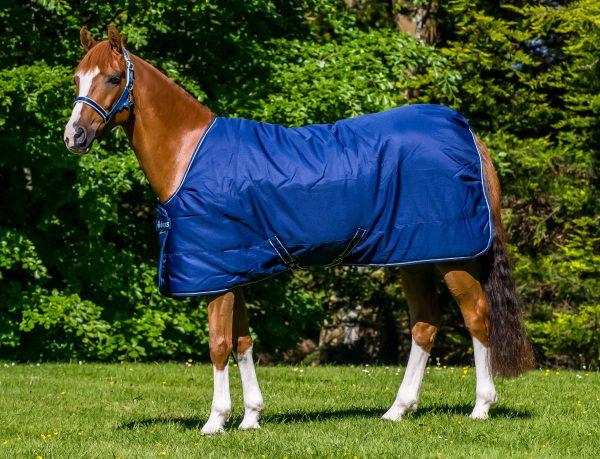 Irish Stable, bucas, stajňová deka pre kone, stajňová deka s hodvábnou podšívkou pre kone, silk-feel rug, magnetic Snap-lock, kvalitná stajňová deka pre kone, pohodlná stajňová deka pre kone, pevná stajňová deka pre kone, deka pre kone