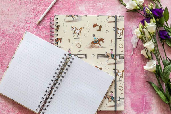 zápisník, zápisník, zápisník so vzorom koňa, zápisník so vzorom koní, zápisník s motívom koňa, zápisník s motívom koní, zápisník s ilustárciou koňa, zápisník s ilustráciou koní, zápisník so vzorom WESTERN, zápisník s motívom WESTERN, zápisník s westernovým motívom, zápisník s westernovým vzorom, emily cole